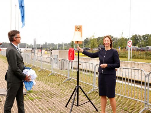 Sluis Eefde: Robert-Jan Feijen luidt met Rijkswaterstaat de bel bij opening Sluis Eefde