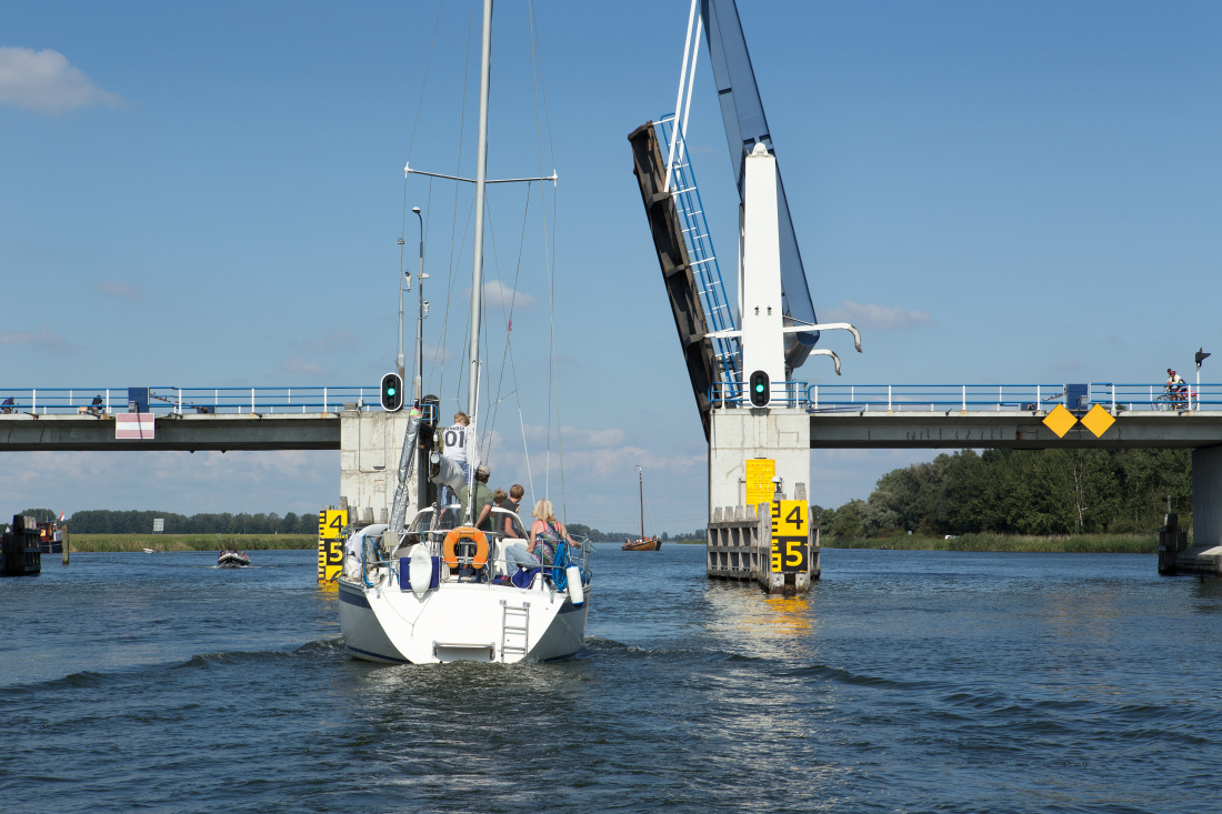 In het winterseizoen wordt gewerkt aande bruggen en sluizen in Flevoland om de recreatievaart in de zomer op gang te houden.